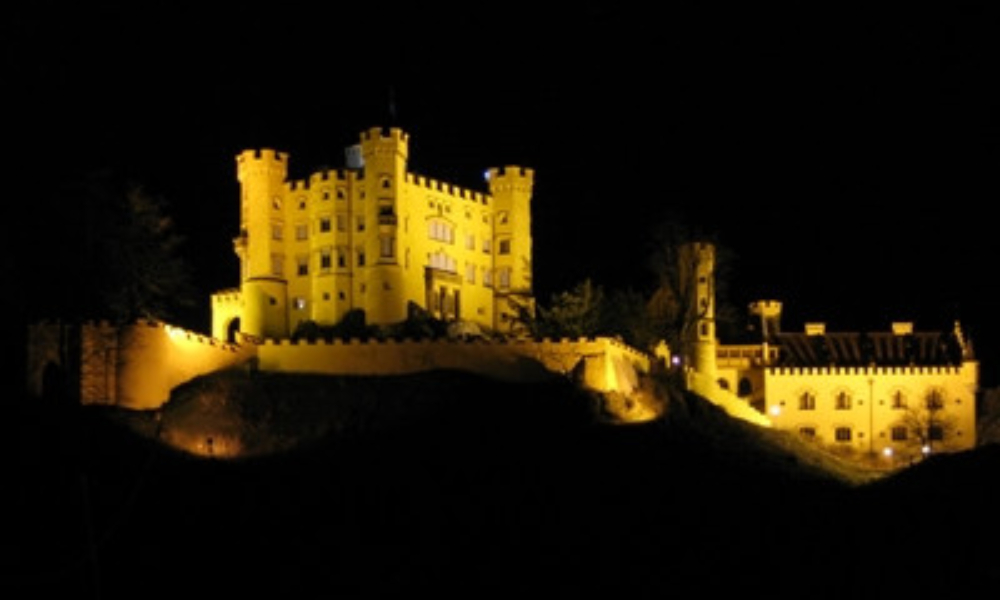 Schloss_Hohenschwangau_at_night_1